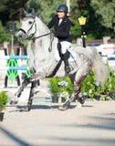 ŚWIĘTY PETERSBURG-JULY 05: Jeździec Maria Khimchenko na Calina w th Obraz Royalty Free