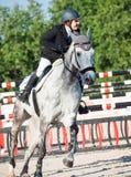 ŚWIĘTY PETERSBURG-JULY 05: Jeździec Maria Khimchenko na Calina w th Zdjęcie Stock