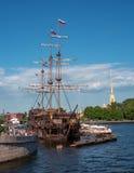 Święty Petersburg Rosja, Czerwiec, - 17, 2017: spławowa restauracja w postaci żeglowanie statku - latający holender - Zdjęcie Stock
