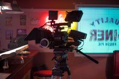 ŚWIĘTY PETERSBURG ROSJA, LIPIEC, - 22, 2017: Ekipa Filmowa Na lokaci 4K kamery operator filmowy Filmowanie Set, sceneria Obraz Stock