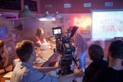 ŚWIĘTY PETERSBURG ROSJA, LIPIEC, - 22, 2017: Ekipa Filmowa Na lokaci 4K kamery operator filmowy Filmowanie Set, sceneria Zdjęcia Royalty Free