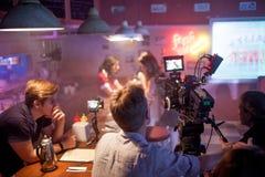 ŚWIĘTY PETERSBURG ROSJA, LIPIEC, - 22, 2017: Ekipa Filmowa Na lokaci 4K kamery operator filmowy Filmowanie Set, sceneria Obraz Royalty Free