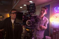 ŚWIĘTY PETERSBURG ROSJA, LIPIEC, - 22, 2017: Ekipa Filmowa Na lokaci 4K kamery operator filmowy Filmowanie Set, sceneria Obrazy Stock