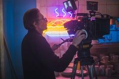 ŚWIĘTY PETERSBURG ROSJA, LIPIEC, - 22, 2017: Ekipa Filmowa Na lokaci 4K kamery operator filmowy Filmowanie Set, sceneria Obrazy Royalty Free