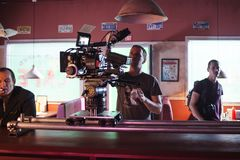ŚWIĘTY PETERSBURG ROSJA, LIPIEC, - 22, 2017: Ekipa Filmowa Na lokaci 4K kamery operator filmowy Filmowanie Set, sceneria Zdjęcie Stock