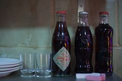 ŚWIĘTY PETERSBURG ROSJA, LIPIEC, - 22, 2017: Ekipa Filmowa Na lokaci koka-koli retro butelka w Petersburg, Rosja Fotografia Royalty Free