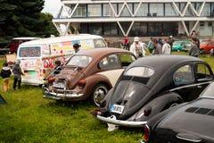 Święty Petersburg Rosja, Lipiec, - 08, 2017: Festiwal starego wolkswagena Bughouse samochodowy Fest 2017 Dzieci malują starego sa Zdjęcie Stock