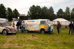 Święty Petersburg Rosja, Lipiec, - 08, 2017: Festiwal starego wolkswagena Bughouse samochodowy Fest 2017 Dzieci malują starego sa Zdjęcia Stock