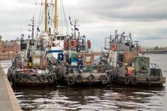 Święty Petersburg Rosja, Lipiec, - 07, 2017: Kobieta łapie ryba na pokładzie holowników cumujących quay Neva obrazy royalty free