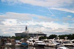 Święty Petersburg Rosja, Lipiec, - 08, 2017: Nowy stadion futbolowy na Krestovsky wyspie i budowie drapacz chmur Lahta Zdjęcia Stock