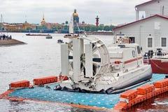 Święty Petersburg Rosja, Lipiec, - 09, 2017: Ratowniczy poduszkowiec jest na pontonowym molu obraz stock