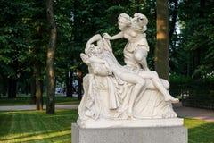 Święty Petersburg Rosja, Lipiec, - 27, 2016: Statuy Psyhe Giulio Cartari w lato ogródzie i amorek Obraz Royalty Free