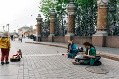 Święty Petersburg ROSJA, MAJ, - 30, 2017: Uliczni muzycy przed wybawicielem na krwi fotografia stock
