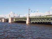 Święty Petersburg Rosja Wrzesień 06, 2016: Widok piędzie pałac most w St Petersburg, Rosja Zdjęcia Stock