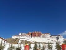 Święty Potala pałac, Czysta ziemia dla dziesięciów tysięcych pielgrzymów obrazy stock