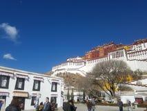 Święty Potala pałac jest czystym ziemią na ziemi dla niezliczonych pielgrzymów zdjęcia stock