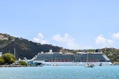 Święty Thomas, USA Dziewicze wyspy - Kwiecień 01 2014: Osobistości odbicia statek wycieczkowy dokujący w świętego statku wycieczk Obraz Royalty Free