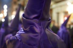 Święty tydzień, Easter czas w Hiszpania Nazarenos w purpury sukni Zdjęcie Stock