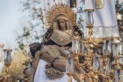 Święty tydzień w Seville Jezus umierał w rękach jego matka, bractwo Baratillo Zdjęcia Stock
