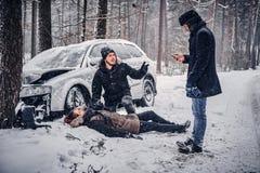 Świadek wypadek pomaga zdradzonej pary kontaktować się ratowniczej usługi zdjęcie stock
