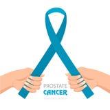Świadomość Błękitny faborek Światowy raka prostaty dnia pojęcie W ręce Zdjęcia Royalty Free