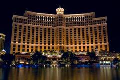 Światła Bellagio hotel odbijają w załzawionym basenie pod zdjęcie royalty free