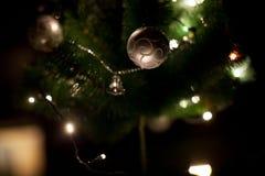 Światła i boże narodzenia bawją się na choince z Zamazanym abstrakcjonistycznym ciemnym tłem fotografia stock