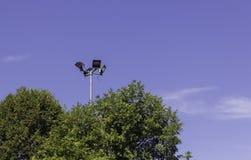 Światła reflektorów przeciw niebieskiemu niebu Fotografia Royalty Free