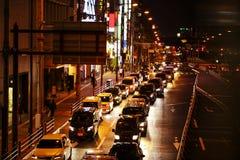 Światła ruch drogowy na Ruchliwie City Road przy nocą Zdjęcia Royalty Free