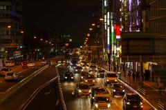 Światła ruch drogowy na Ruchliwie City Road przy nocą Obraz Stock