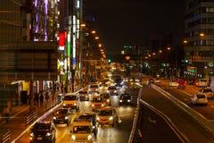 Światła ruch drogowy na Ruchliwie City Road przy nocą Zdjęcie Royalty Free