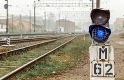 Światła ruchu blisko kolejowych śladów na autumn_ obrazy stock