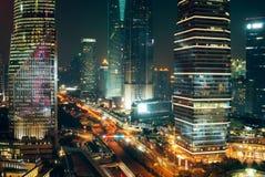 Światła Ruchu, drapacze chmur w Szanghaj śródmieściu przy nocą Fotografia Stock
