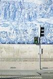 Światła ruchu i święci azulejos w Porto, Portugalia Fotografia Royalty Free