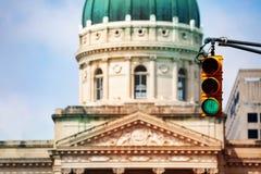 Światła ruchu przeciw kopule Indiana Statehouse obrazy stock