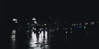 Światła ruchu w nocy z mokrą drogą podczas gdy padający Obraz Royalty Free
