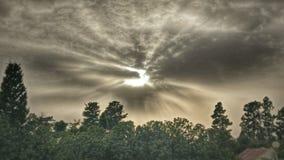 Światła słonecznego jaśnienie przez chmur Obrazy Stock