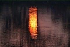 Światła słonecznego odbicie na stawowej wodnego zapasu fotografii zdjęcie royalty free