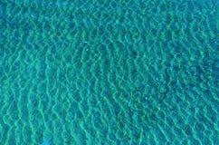 Światła słonecznego odbicie w błękitne wody Fotografia Royalty Free