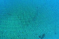 Światła słonecznego odbicie w błękitne wody Obraz Royalty Free