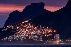 Światła Vidigal Favela w Rio De Janeiro, przy nocą, Z górami Fotografia Royalty Free