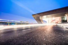 Światło ślada na ruchu drogowym przy sztachetową stacją Obrazy Stock