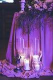 światło świece świeczki pali blisko kwiatów i wystroju Zdjęcie Stock