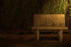 Światło błyszczy na starym kamiennym krześle Fotografia Royalty Free