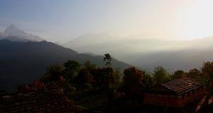Światło Błyszczy nad Mglistym Everest i himalajami w Nepal Zdjęcie Stock