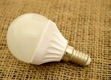 Światło białe żarówka na burlap zdjęcia royalty free