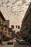 Światło dzienne Chinatown z widocznymi Cirrocumulus chmurami above obraz stock
