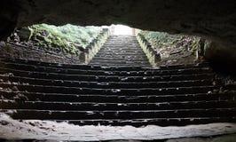 Światło dzienne jaskrawy błyśnie w cavern ciemność od dziury przy wierzchołkiem jam krypty, przez sufit przerwy obrazy royalty free