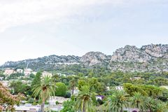 Światło dzienne widok duże zielone góry beaulieu-sur-mer obraz royalty free