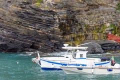 Światło dzienne widok dwa parkował łodzi pobliskie rockowe góry zdjęcie stock